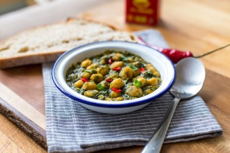 Andalusian-styled chickpeas and spinach recipe | holafoodie.com