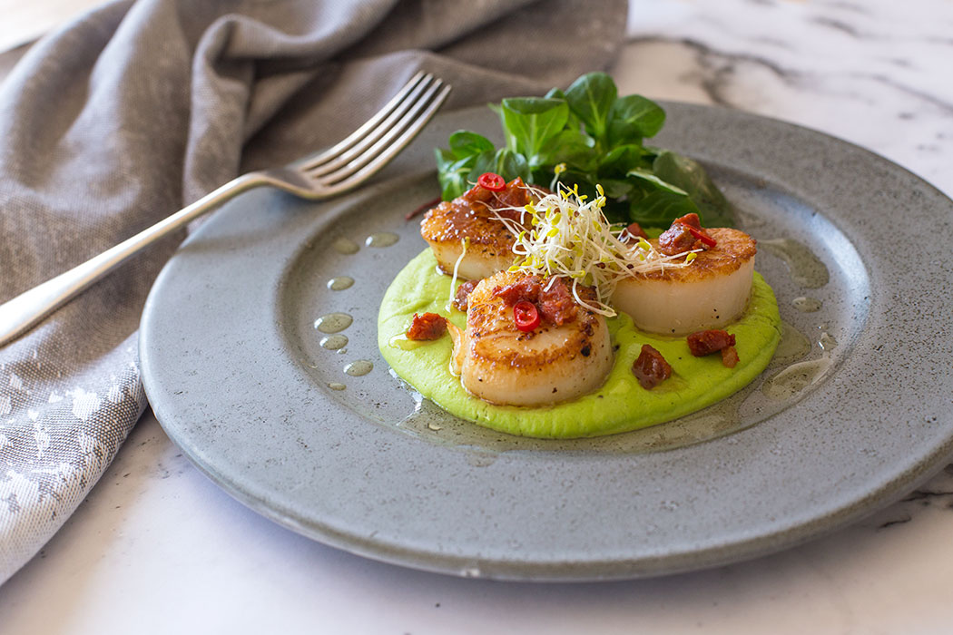 Grilled scallops and chorizo with green peas puree for Classic starter recipes