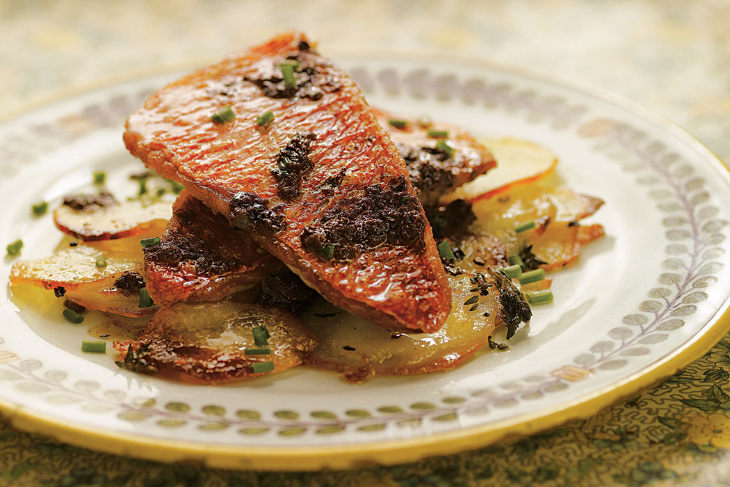 Red mullet with sliced potatoes black olives by chef for Eating mullet fish