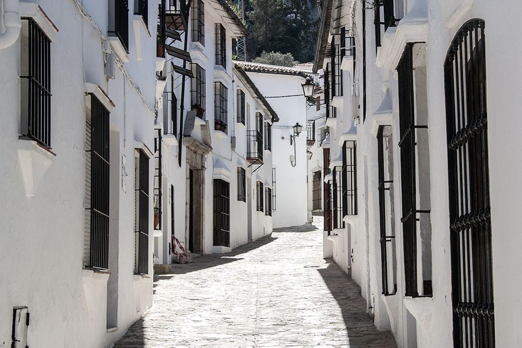 Driving through the 'Pueblos Blancos' of Grazalema | holafoodie.com