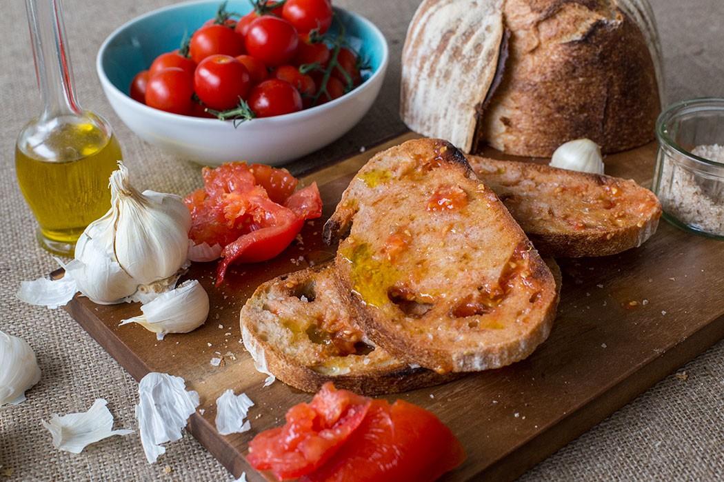 Tomato bread / Pan con tomate recipe | holafoodie.com